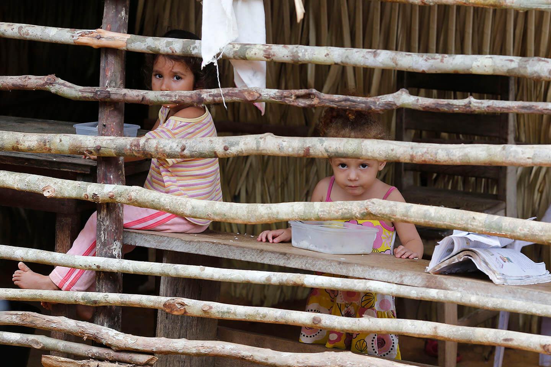 Em Cacaulândia (RO), crianças do acampamento Hugo Chaves vivem à beira da R$-140, onde é comum a ocorrência de atropelamentos. No dia 4 abril de 2016, 105 família tiveram que deixar às pressas o local, debaixo de tiros de pistoleiros. No dia seguinte, o acampamento foi completamente incendiado