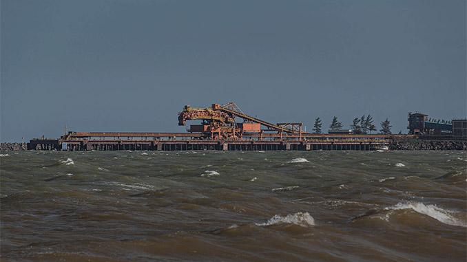 Porto da Samarco em Anchieta (ES), onde as operações da mineradora foram suspensas (Avener Prado/Folhapress)