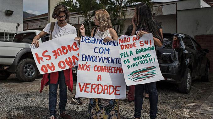 Protesto de antigos moradores de Bento Rodrigues em frente ao fórum da cidade de Mariana (Foto Avener Prado/Folhapress)