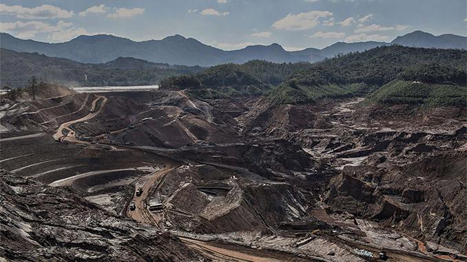 Fundão, barragem rompida de onde vazaram ao menos 40 bilhões de litros de lama (Foto Avener Prado/Folhapress)