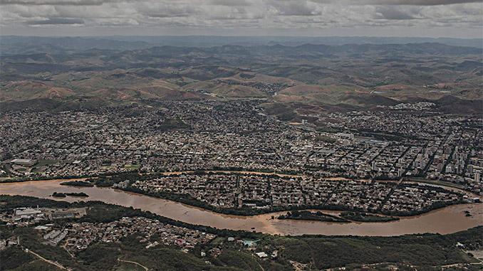 Rio Doce visto da cidade de Governador Valadares (MG) (Avener Prado/Folhapress)