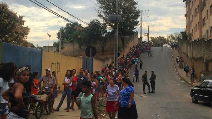 """Mineradora Samarco informou que """"já encaminhou aos pontos de distribuição 8,436 milhões de litros de água potável e 500,5 mil litros de água mineral à população"""" de Valadares. Foto: BBC Brasil"""