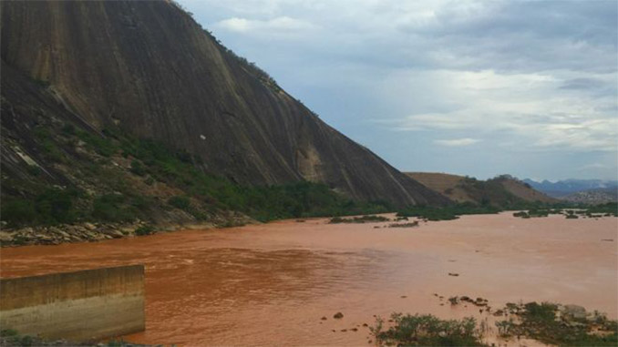 Barragem da usina hidrelétrica de Aimorés, a poucos quilômetros da fronteira em MG e ES. A passagem da onda de lama na última terça-feira confirmou a chegada dos rejeitos de mineração ao Espírito Santo. Foto: BBC Brasil