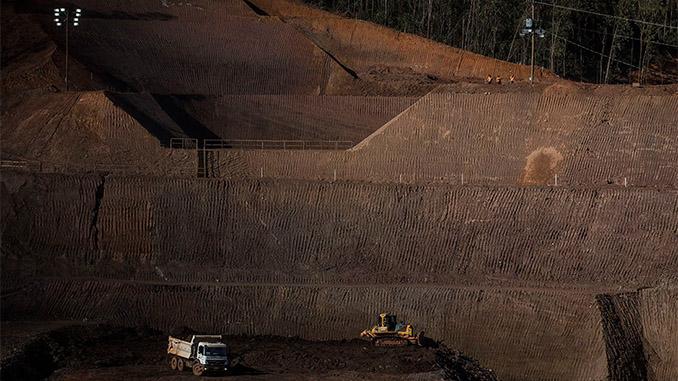 Obras próximas à barragem Santarém, em Mariana. (Foto Avener Prado/Folhapress)