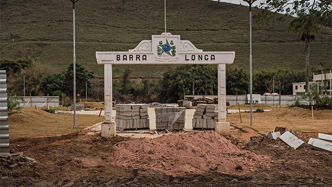 Entrada da cidade de Barra Longa, cujas calçadas estão sendo refeitas com tijolos de lama da barragem de Fundão (Avener Prado/Folhapress)